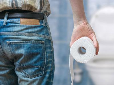 рулон туалетной бумаги в руке